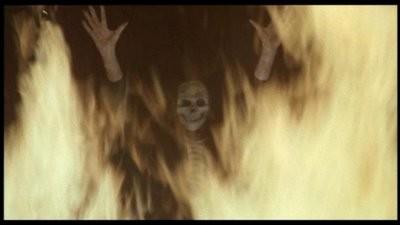 La morte appare sul riflesso di uno specchio al protagonista di Inferno (1980)