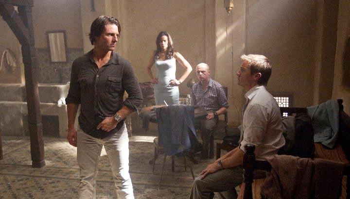 Tom Cruise, Jeremy Renner, Paula Patton e Simon Pegg in una scena corale di Mission: Impossible - Protocollo Fantasma