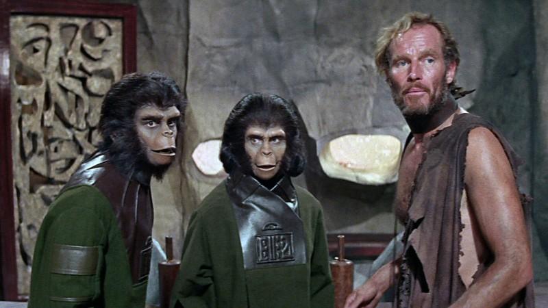 Charlton Heston insieme a due evoluti primati ne Il pianeta delle scimmie