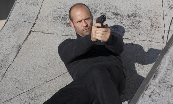 Jason Statham in una scena action di The Mechanic
