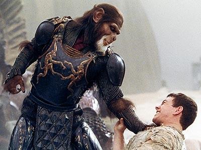 Tim Roth e Mark Wahlberg in un drammatico confronto in Planet of the Apes - Il pianeta delle scimmie