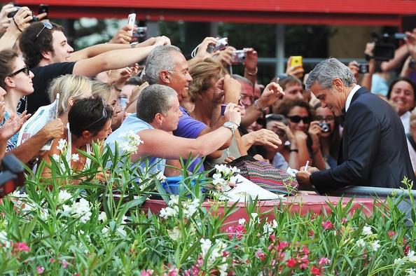 Venezia 2011, George Clooney autore de Le idi di marzo firma autografi sul red carpet