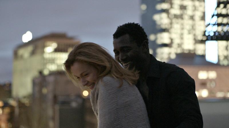 Stefania Rocca con Isaka Sawadogo nel film The Invader