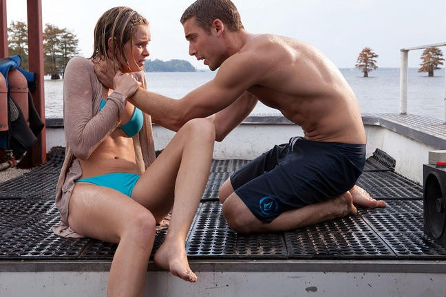 Shark Night 3D: Dustin Milligan con Sara Paxton in una drammatica scena del film