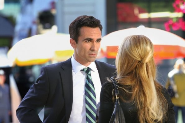 Ringer: Sarah Michelle Gellar, di spalle, con Nestor Carbonell nell'episodio If You Ever Want a French Lesson
