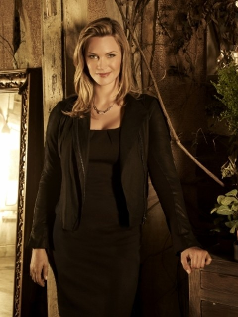 The Secret Circle: Natasha Henstridge è Dawn in una foto promozionale della serie