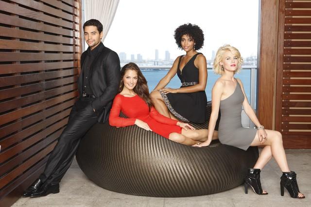 Charlie's Angels: Minka Kelly, Annie Ilonzeh e Rachael Taylor con Ramon Rodriguez in una foto promozionale del remake