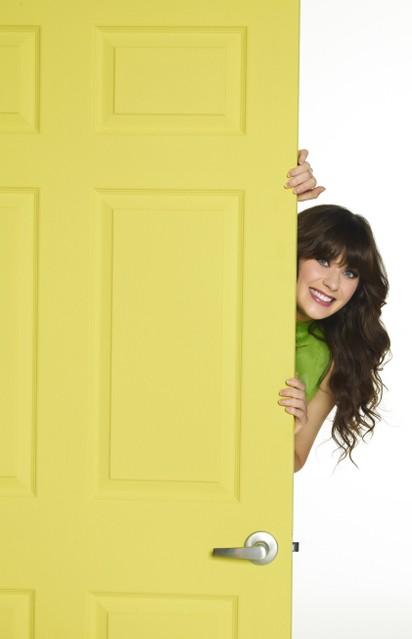 New Girl: Zooey Deschanel in una simpatica foto promozionale della serie