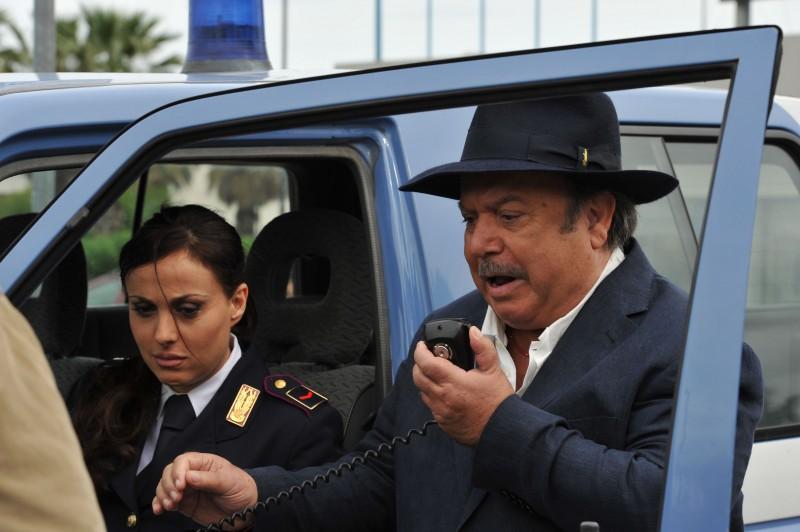 Il Commissario Zagaria, alias Lino Banfi, in azione insieme alla collega interpretata da Isabelle Adriani