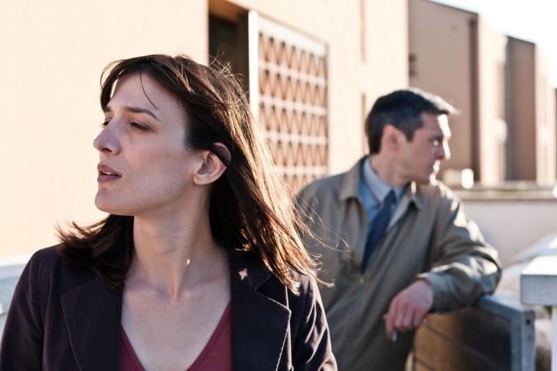 Anna Bellato e, dietro, Gabriele Spinelli in una scena de L'ultimo terrestre