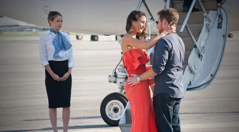 Emmanuelle Chriqui e Kevin Connolly in una scena dell'episodio The End dell'ottava stagione di Entourage