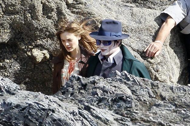 Johnny Depp e Bella Heathcote impegnati in una scena sul set di Dark Shadows
