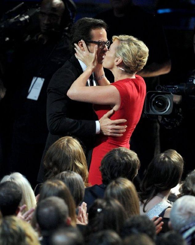 Kate Winslet bacia Guy Pearce agli Emmy 2011, che hanno visto entrambi premiati per Mildred Pierce