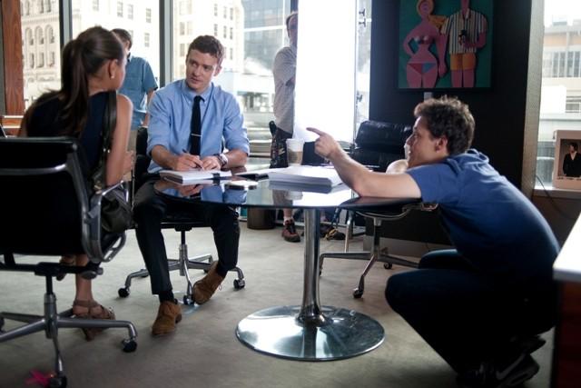 Mila Kunis e Justin Timberlake con Will Gluck durante le riprese di Amici di letto