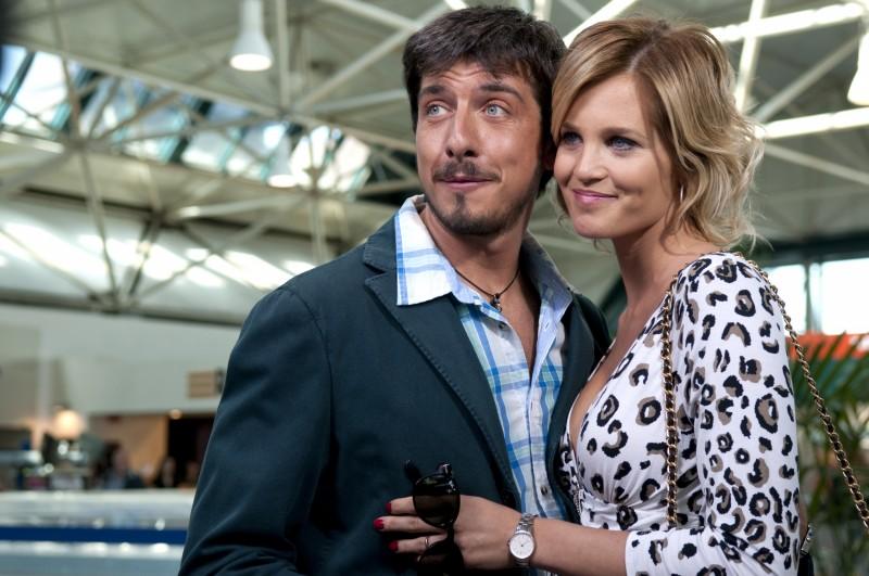 Ex: Amici come prima!: Paolo Ruffini e Liz Solari si abbracciano in una scena del film