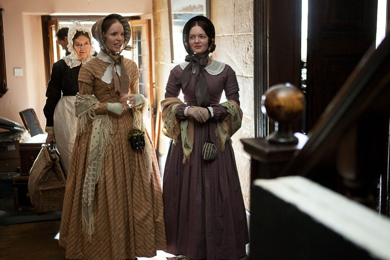 Jane Eyre: Holliday Grainger e Tamzin Merchant in una scena del film