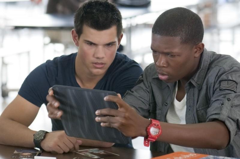 Taylor Lautner in una scena di Abduction con Denzel Whitaker