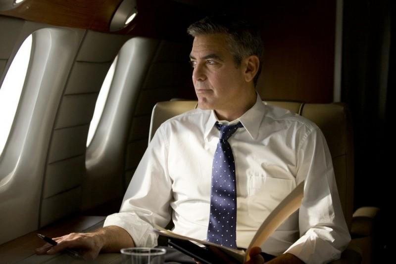 George Clooney in aereo in una scena di Le idi di marzo