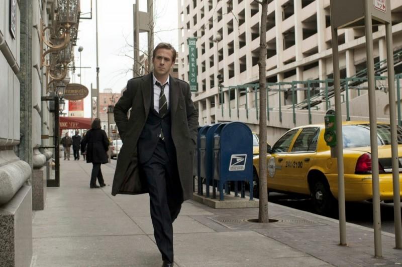 Ryan Gosling cammina in strada nel film The Ides of March