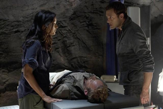Terra Nova: Jason O'Mara e Shelley Conn in una scena dell'episodio What Remains
