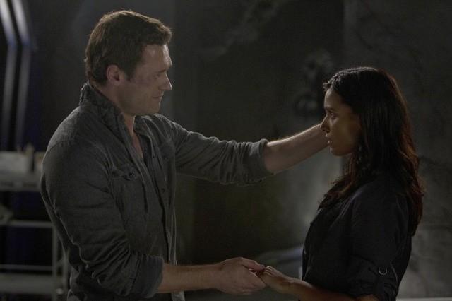 Terra Nova: Jason O'Mara e Shelley Conn nell'episodio What Remains