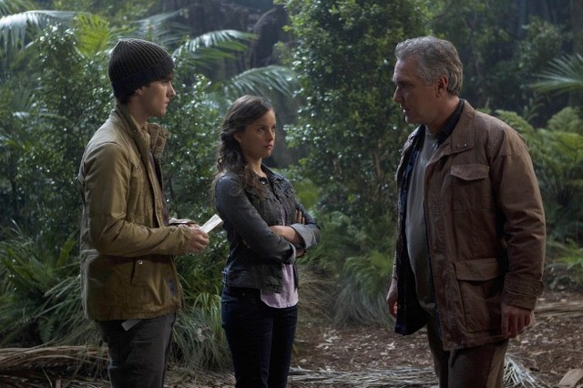 Terra Nova: Landon Liboiron ed Allison Miller con la guest star Damien Garvey nell'episodio What Remains