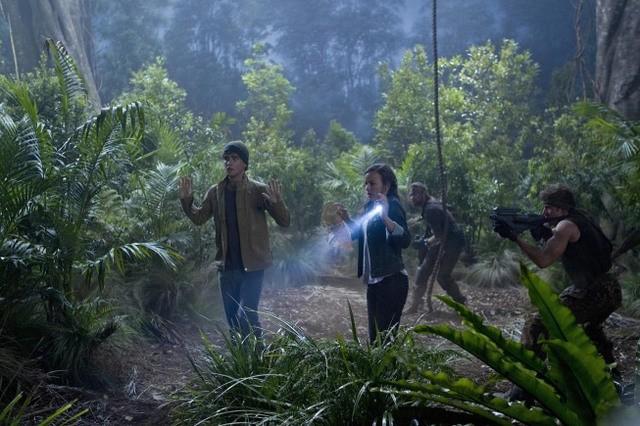 Terra Nova: Landon Liboiron ed Allison Miller in un momento dell'episodio What Remains