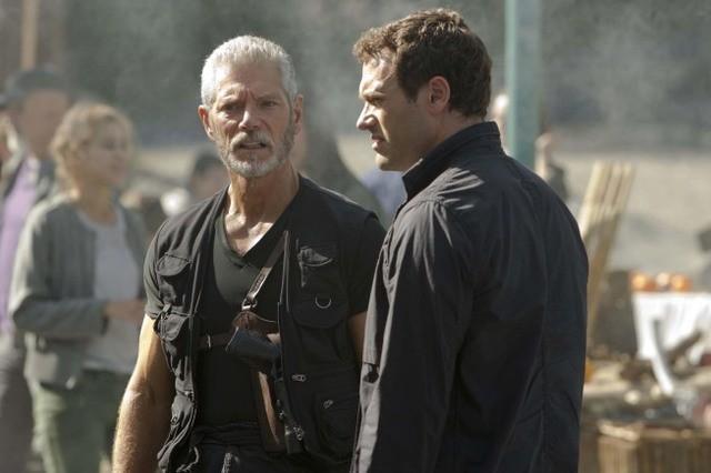 Terra Nova: Stephen Lang e Jason O'Mara in una scena dell'episodio Instinct