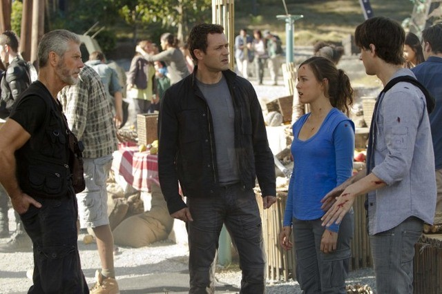 Terra Nova: Stephen Lang, Jason O'Mara, Allison Miller e Landon Liboiron nell'episodio Instinct