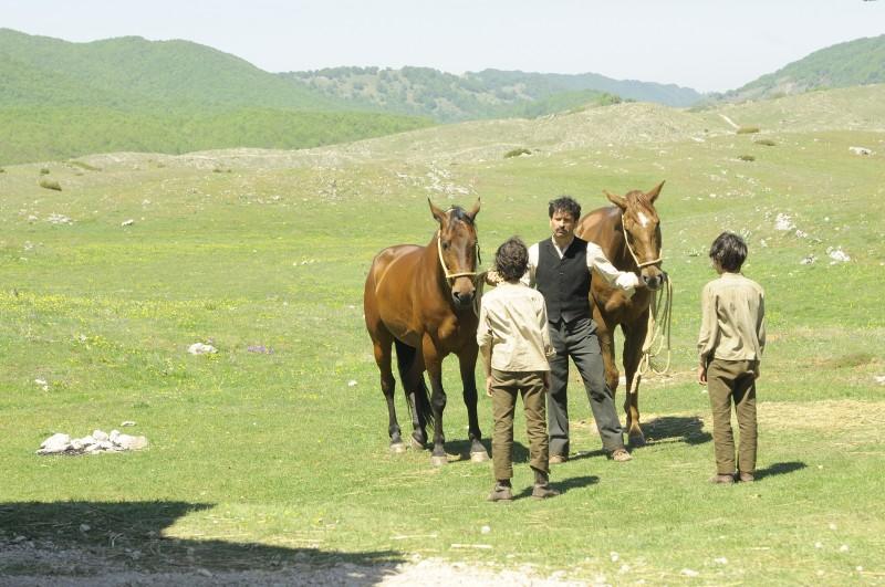 Una suggestiva scena tratta dal film Cavalli di Michele Rho