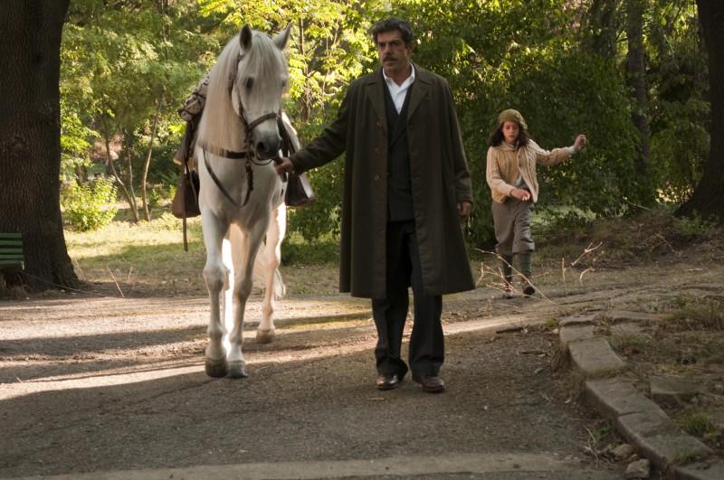 Pierfrancesco Favino e la piccola Valentina Kamenov in una scena della fiction Rai Il Generale Della Rovere
