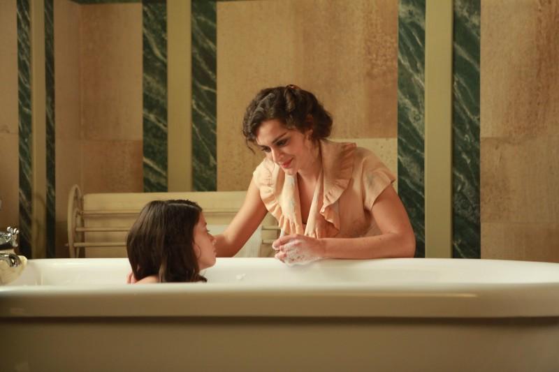 Raffaella Rea con la piccola Valentina Kamenov in una sequenza della fiction Rai Il Generale Della Rovere