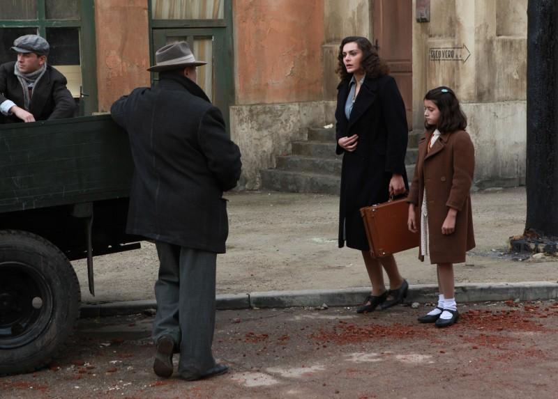 Raffaella Rea e la piccola Valentina Kamenov in una sequenza della fiction Rai Il Generale Della Rovere