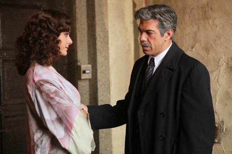 Raffaella Rea e Pierfrancesco Favino in una scena della fiction Rai Il Generale Della Rovere