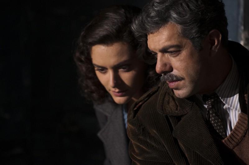 Raffaella Rea e Pierfrancesco Favino in una sequenza della fiction Rai Il Generale Della Rovere
