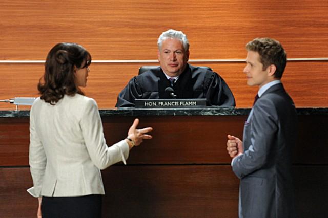 The Good Wife: Julianna Margulies, Matt Czuchry ed Harvey Fierstein nell'episodio Feeding the Rat