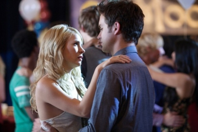 The Secret Circle: Britt Robertson e Thomas Dekker nell'episodio Loner