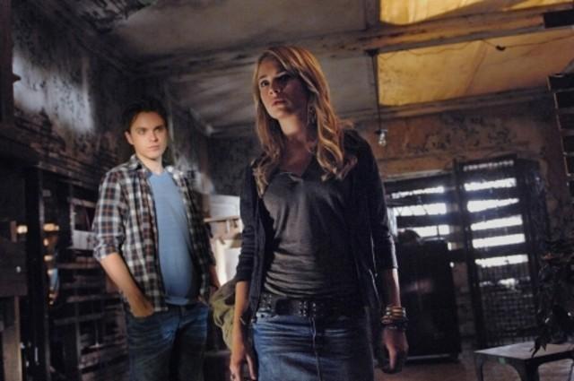 The Secret Circle: Thomas Dekker e Britt Robertson nell'episodio Bound