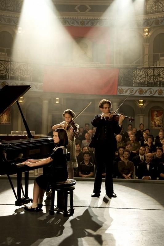Wunderkinder: Elin Kolev, Mathilda Adamik, Imogen Burell in una scena del dramma tedesco