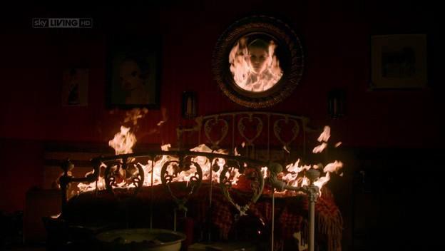 I fantasmi di Bedlam, ep. Burning Man - uno spettro appare in uno specchio mentre la camera da letto di Molly prende fuoco