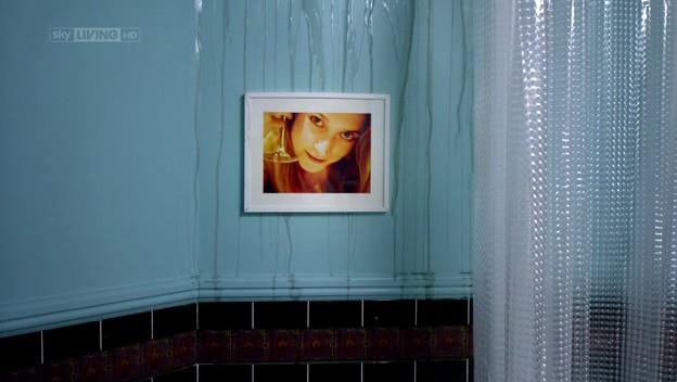 I fantasmi di Bedlam, ep. Il dono di Jed - rivoli d'acqua scorrono su un ritratto di Charlotte Salt