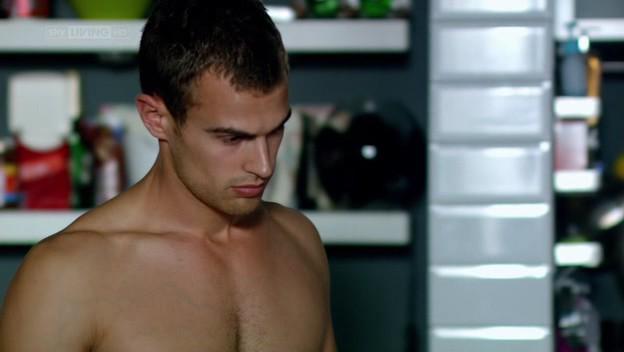 I fantasmi di Bedlam: Theo James nel primo episodio 'Il dono di Jed'
