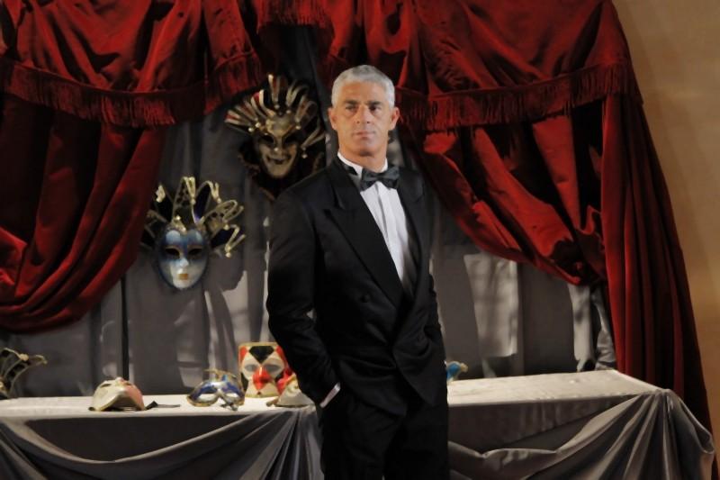 Biagio Izzo elegantissimo in una scenda di Matrimonio a Parigi