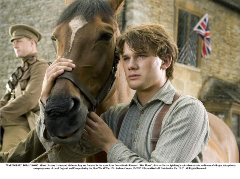 Jeremy Irvine insieme al cavallo Joey in una scena di War Horse di Steven Spielberg