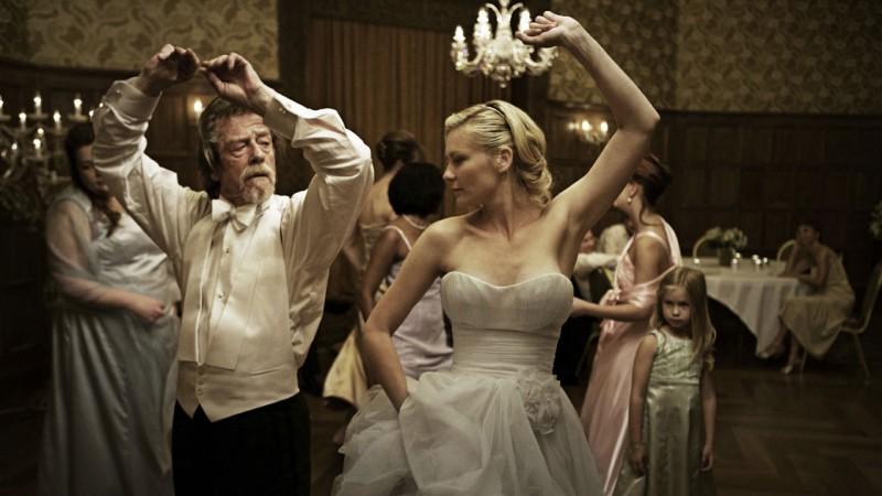 John Hurt e Kirsten Dunst ballano in un'intensa scena di Melancholia