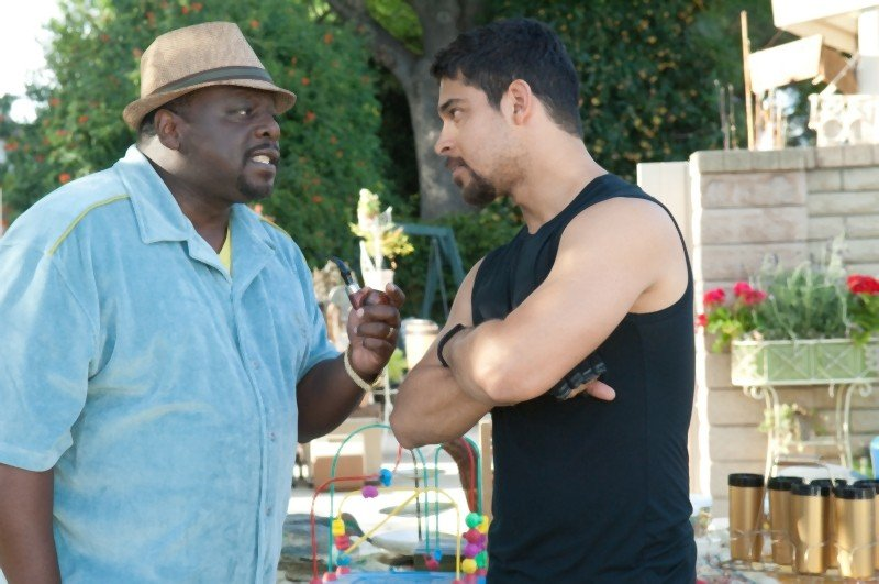 L'amore all'improvviso - Larry Crowne: Wilmer Valderrama e Cedric the Entertainer in una scena del film