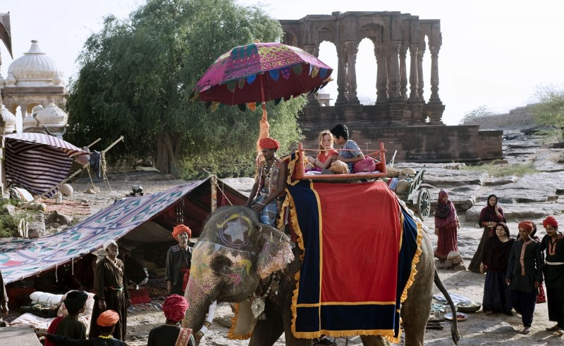 Maga Martina 2 - Viaggio in India: Alina Freund a bordo di un elefante in una scena del film
