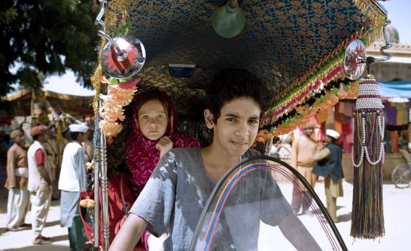 Maga Martina 2 - Viaggio in India: Alina Freund insieme al suo amico indiano in una scena del film
