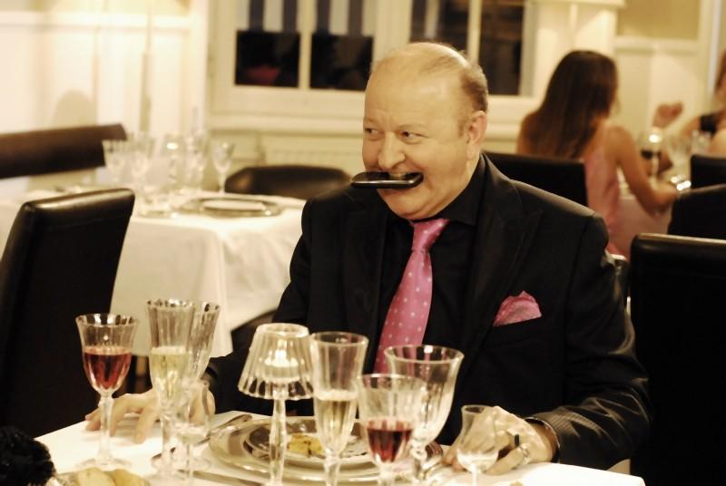 Massimo Boldi si mangia il cellulare in una scena di Matrimonio a Parigi