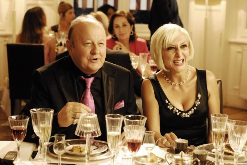 Matrimonio a Parigi: Massimo Boldi e Paola Minaccioni in una divertente scena del film